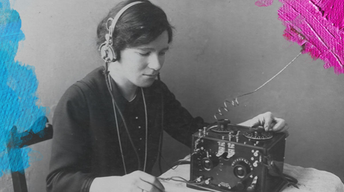 Foto: Ex-Wrans Association of New South Wales (1922) Violet McKenzie, sitting at a desk listening to an early radio in 1922. Gedownload en bewerkt door MijnDeugden.nl voor de blog Testing One Two op 19-09-2017. https://commons.wikimedia.org/wiki/File:Violet_McKenzie_with_wireless.png/