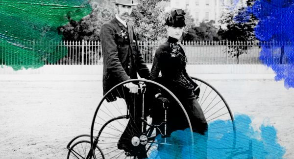 Foto: fotograaf onbekend (1886) Smartly dressed couple seated on an 1886-model quadracycle for two. The South Portico of the White House, Washington, D.C., in the background. Gedownload en bewerkt door MijnDeugden.nl op 18-10-2017. https://commons.wikimedia.org/wiki/File:Bicycle_two_1886.jpg
